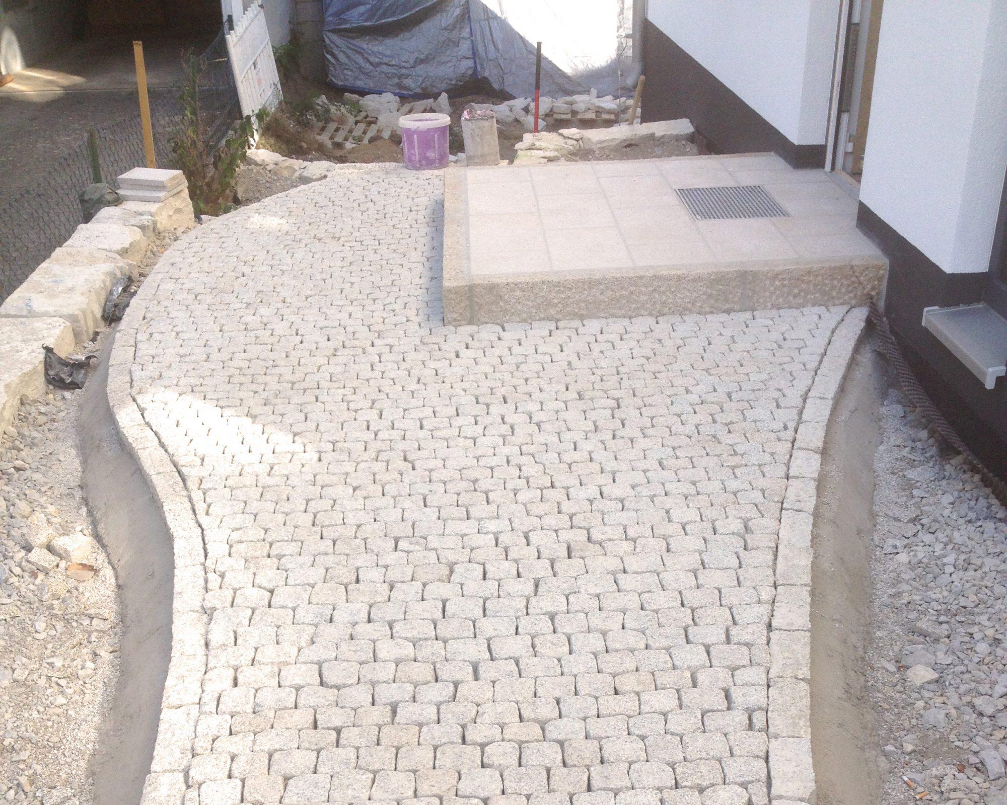 Granit-Kleinsteinpflaster mit Eingangspodest