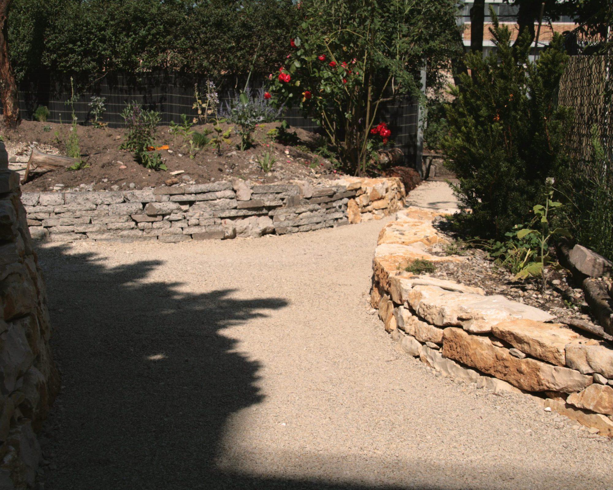 Kombination von Trockenmauern aus Recyclingmaterial und Kalkstein