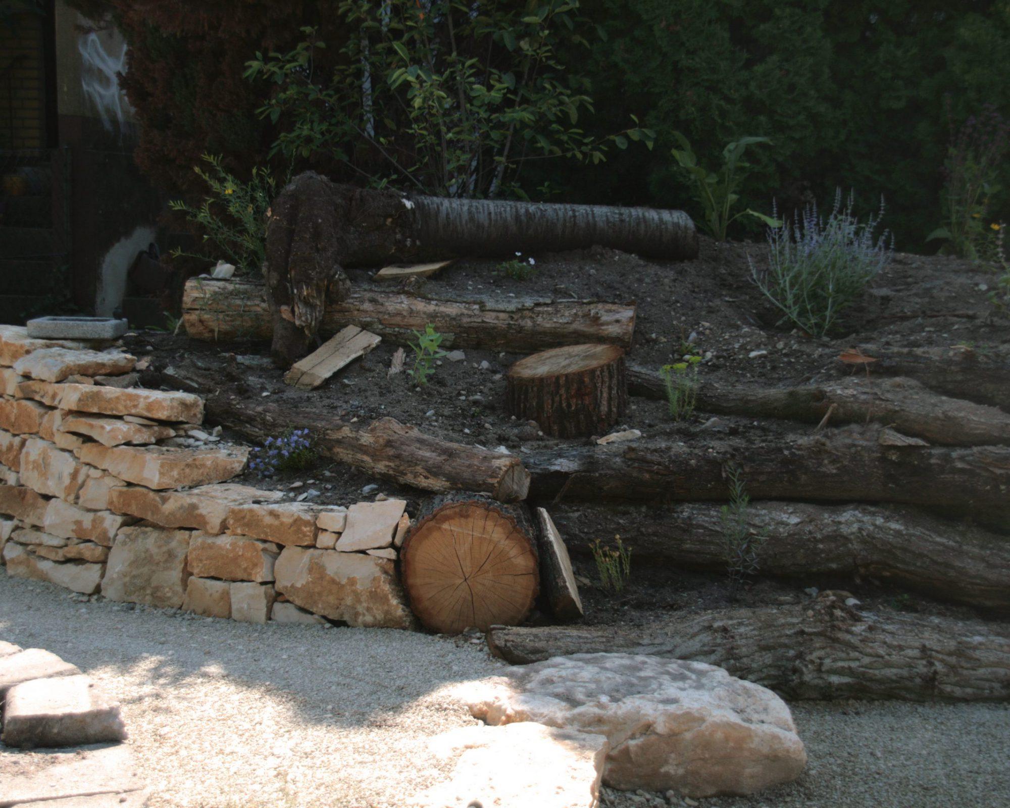 Natursteinmauer mit Holzarbeiten