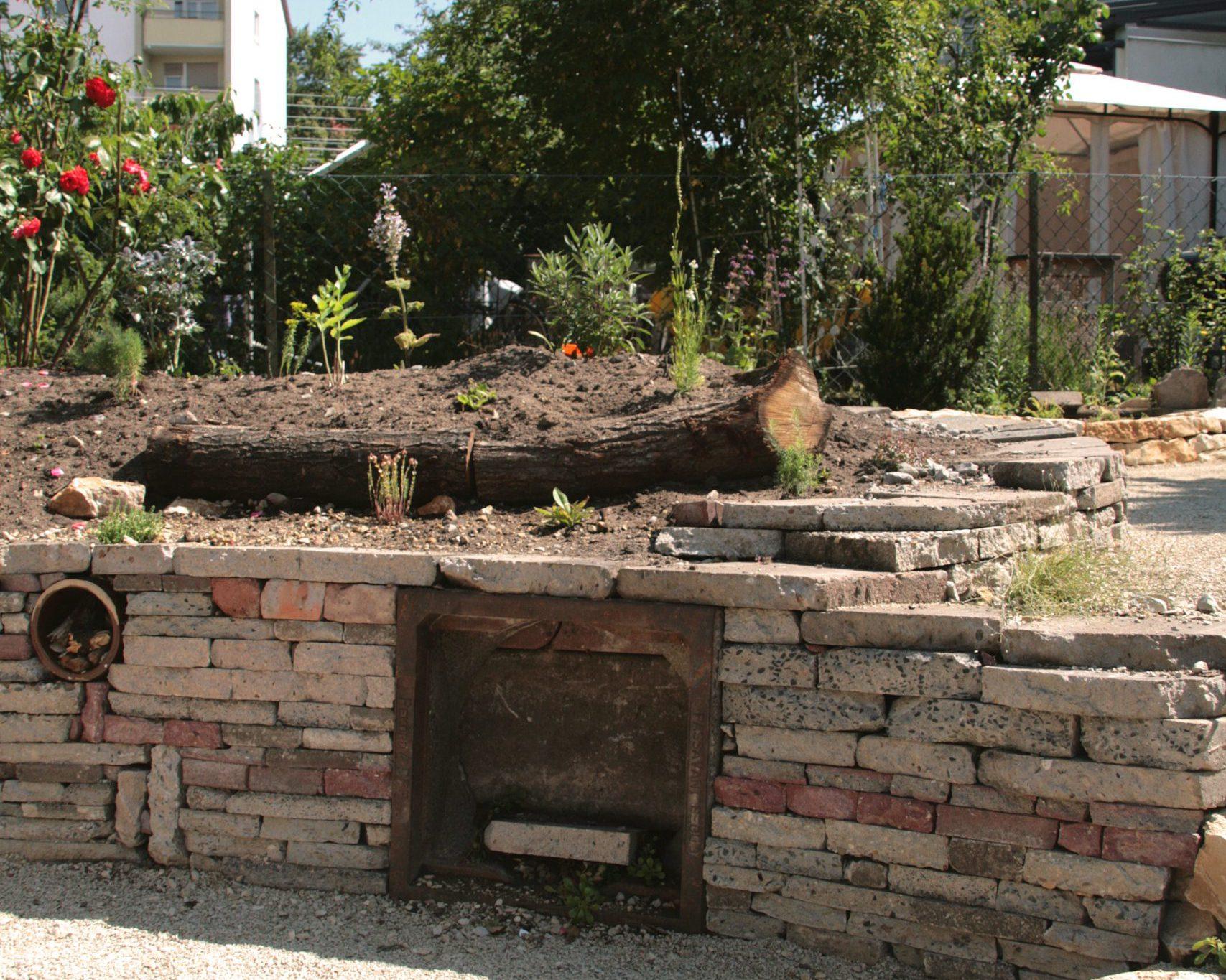 Trockenmauer aus Recyclingmaterial mit naturnaher Staudenpflanzung